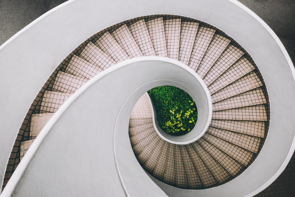 Kręte schody zewnętrzne prowadzące do ogrodu