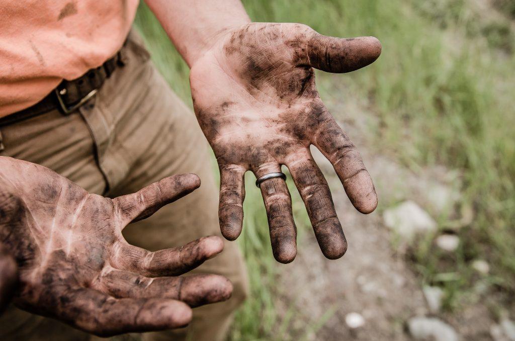 Brudne ręce człowieka pracującego