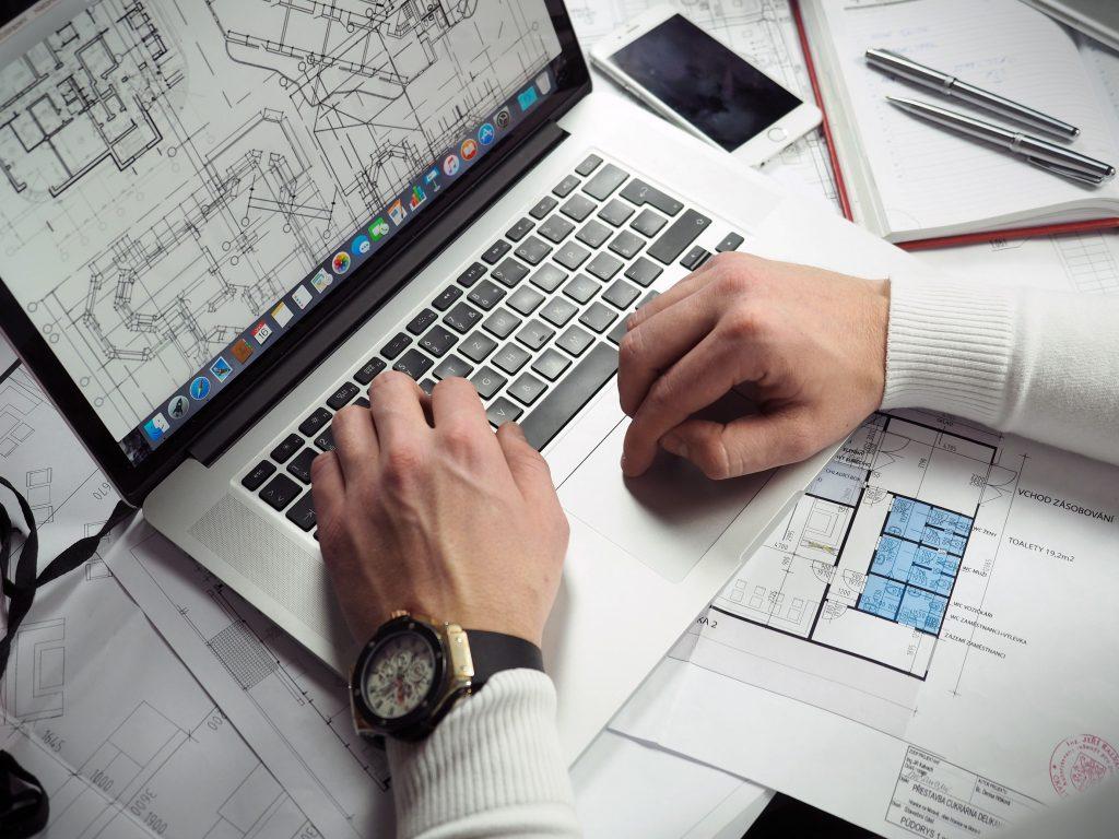 praca z planami architektonicznymi wnętrz przy biurku