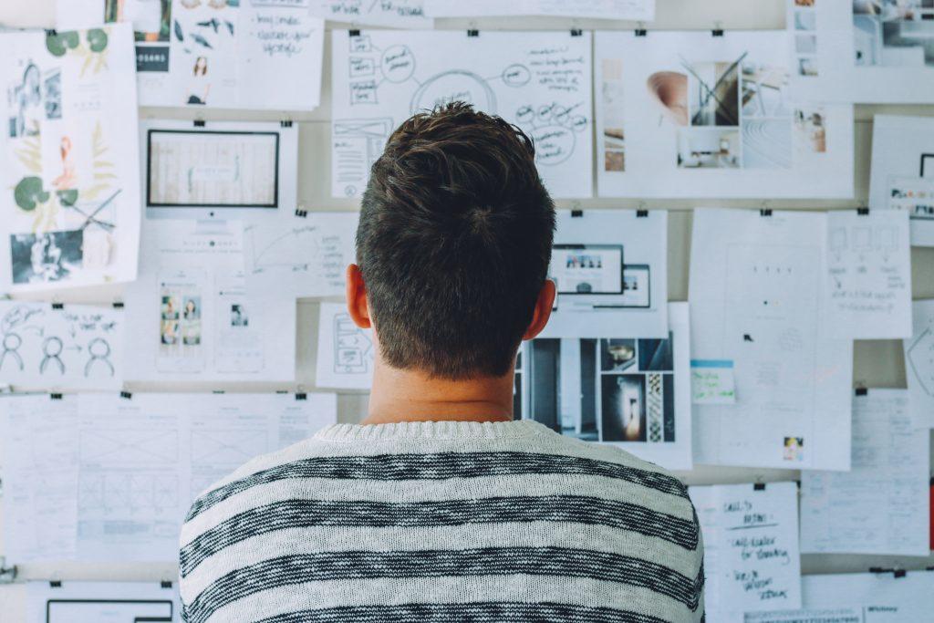 poszukiwanie koncepcji projektowej przed ścianą pomysłów